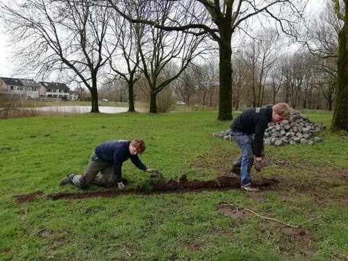 Voorbeeld van mensen die samen werken in buurttuin Giessen